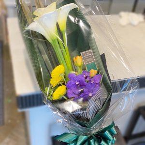 カラーとチューリップの花束